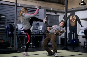 Mindy nimmt Dave im Training hart ran (Quelle: Universal Pictures)