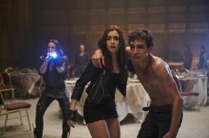 Clary mit dem verletzten Simon (Quelle: Constantin Film)