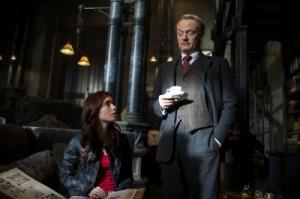 Der geheimnisvolle Hodge mustert Clary (Quelle: Constantin Film)