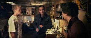 Thomas und Daniel lauschen dem geheimnisvollen Fremden (Quelle: NFP marketing & distribution)