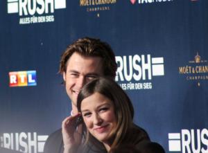 Lara und Hemsworth vergnügen sich (Bild: Thomas Trierweiler)