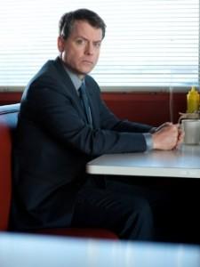 Greg Kinnear spielt den gebeutelten Versicherungsagenten Mickey (Quelle: Universal Pictures)