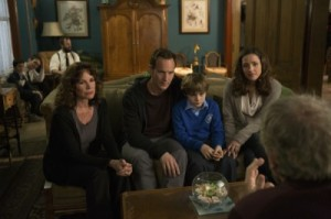 Die Familie lässt sich in Geisterdingen beraten (Quelle: Sony Pictures)