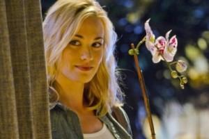 Hannah ganz friedlich mit einer Pflanze (Quelle: Paramount Home Entertainment)
