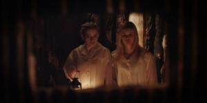 Die Schwestern entdecken ein Versteck (Quelle: Koch Media)