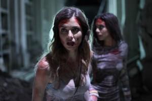 Kylie und Irina sind schwer gezeichnet von den Ereignissen (Quelle: Universum Film)