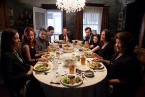 Ein selten friedlicher Moment an der Dinner-Tafel (Quelle: Tobis Film)