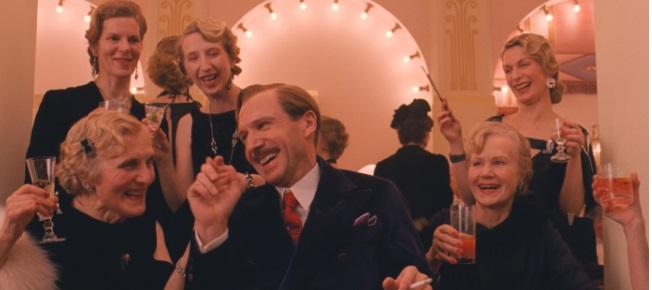 Gustave umschmeichelt die Damen im Hotel