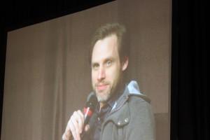 Daniel Thomas May auf der Bühne (Bild: Thomas Trierweiler)