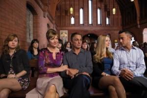 Jon beim sonntäglichen Familienausflug in die Kirche (Quelle: Ascot Elite)