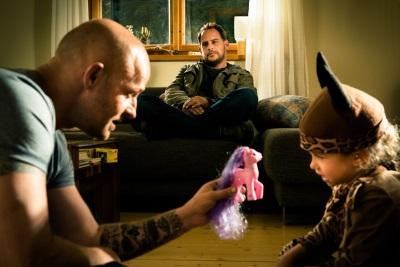 Selbst im Familienleben hat Erik keine Ruhe vor Henry (Quelle: Wild Bunch Germany)