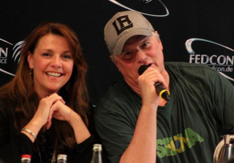 Richard Dean Anderson und Amanda Tapping albern herum (Quelle: Leinwandreporter.com)