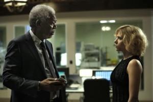 Lucy bittet Proffessor Norman um Hilfe (Quelle: Universal Pictures)
