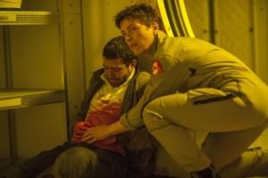 Kim versorgt einen verletzten Kollegen (Quelle: Universum Film)