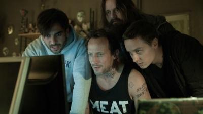 Die Mitglieder von CLAY beobachten das Ergebnis einer ihrer Aktionen (Quelle: Sony Pictures Germany)