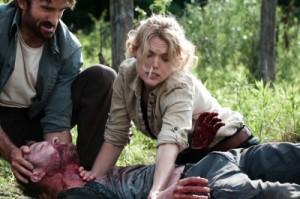 John und Sharon versorgen einen Verletzten (Quelle: Universum Film)