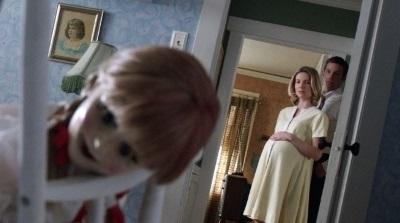 Mia und John beobachten ihre neue Puppe (Quelle: Warner Bros Pictures)