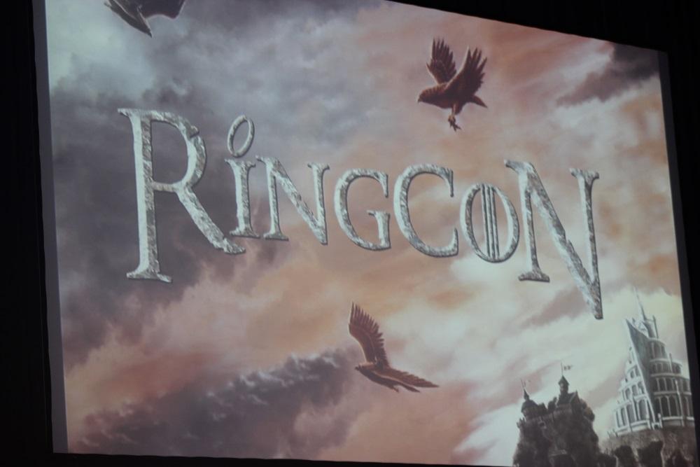Das RingCon-Banner auf der Bühne (Quelle: Thomas Trierweiler für Leinwandreporter)
