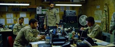 Commander Eriksen versucht von der Basis seinen Männern zu helfen (Quelle: Universum Film)