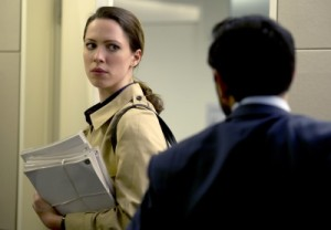 Claudia weiß nicht mehr, wem sie trauen soll (Quelle: Universal Pictures)