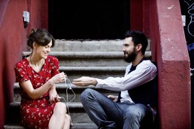 Gretta (Keira Knightly) und Dave (Adam Levine) (Quelle: StudioCanal)