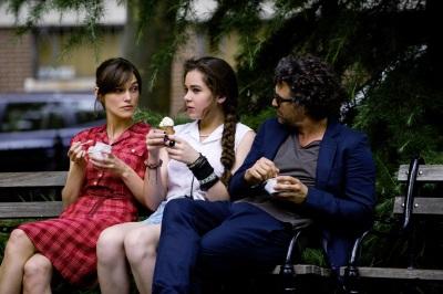 Gretta (Keira Knightley) macht Violet (Hailee Steinfeld) Mut, ihren Schwarm anzusprechen. Violets Vater Dan (Mark Ruffalo) ist nicht so begeistert... (Quelle: StudioCanal)