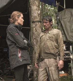 Angelina Jolie gibt ihrem Hauptdarsteller Jack O'Connell Regie-Anweisungen (Quelle: Universal Pictures)