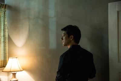 Chen wirbt Nicholas für die Operation an (Quelle: Universal Pictures)