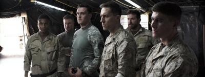 Schon bald fühlt sich Chris nur noch bei seinem Team richtig heimisch (Quelle: Warner Bros Pictures Germany)