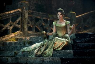Cinderella sitzt vor dem Schloss (Quelle: Walt Disney Pictures Germany)