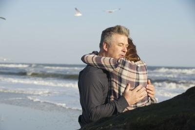 Ehemann John versucht seine Frau zu beruhigen (Quelle: Polyband Medien)