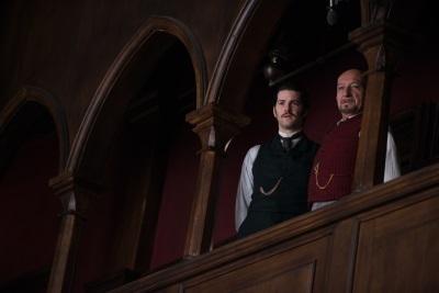 Edward lässt sich von Dr. Lamb herumführen (Quelle: Universum Film)