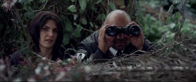 Kylie und ihr Bewährungshelfer beobachten Merkwürdiges (Quelle: MFA Film)