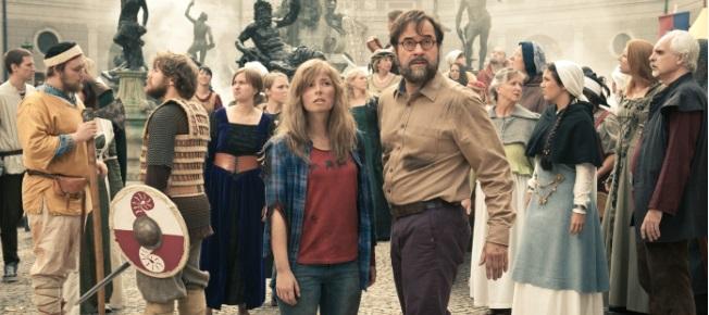 Mara und der Professor mitten im Chaos (Quelle: Constantin Film)