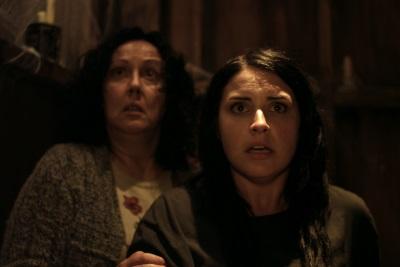 Kylie und Miriam haben Angst vor einem ungebetenen Gast (Quelle: MFA Film)