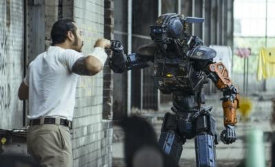 Chappie schließt schnell Freundschaften (Quelle: Sony Pictures Germany)