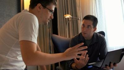Edward Snowden klärt Glenn Greenwald über sein Wissen auf (Quelle: Piffl Medien)