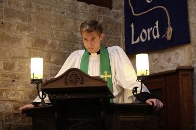 Pfarrer Paul ist eine der Vertrauens-Personen im Dorf (Quelle: StudioCanal)
