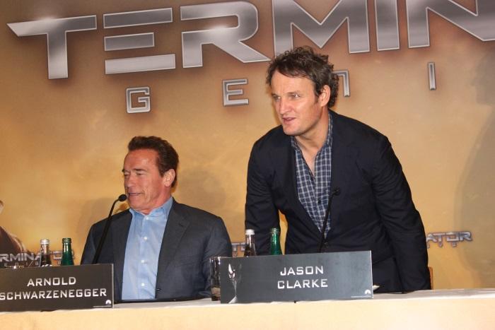 Arnold Schwarzenegger und Jason Clarke machen es sich gemütlich (© Thomas Trierweiler)