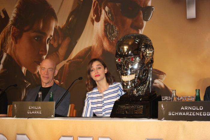JK Simmons und Emilia Clarke lauschen den Fragen (© Thomas Trierweiler)