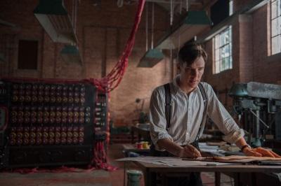 Alan Turing arbeitet an seiner Maschine (©: Universum Film)