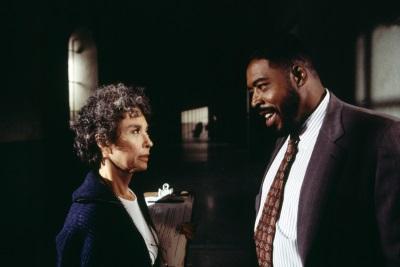 Direktor Glynn diskutiert mit Schwester Reimondo (Quelle: Paramount Pictures Home Entertainment)
