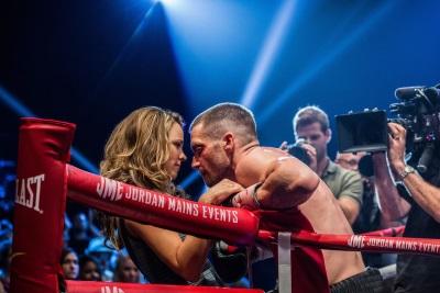 Maureen gibt Billy Kraft für seine Fights (©Tobis Film)