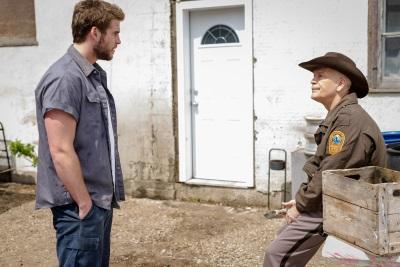 Dwayne diskutiert mit dem Sheriff (© Koch Media)