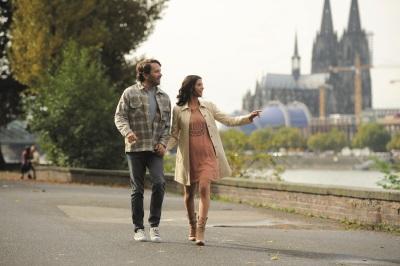 Aylin und Daniel im Schatten des Kölner Doms (©Universum Film)