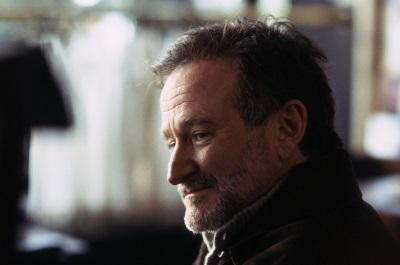 Robin Williams wird als Radio-Moderator Gabriel für ein Rätsel gestellt (© Tiberius Film)