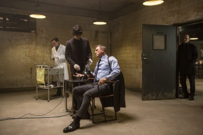 Bond bekommt von Q die neueste Behandlung (© Sony Pictures)