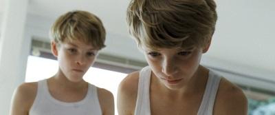 Lukas und Elias trauen ihrer Mutter nicht mehr (© Koch Media)