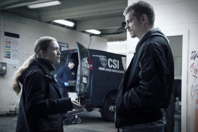 Sarah und Stephen geraten selbst ins Visier von Ermittlungen (© Pandastorm Pictures)