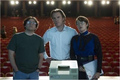 Jobs arbeitet mit seinen Kollegen am Feinschliff einer Präsentation (© Universal Pictures Germany)